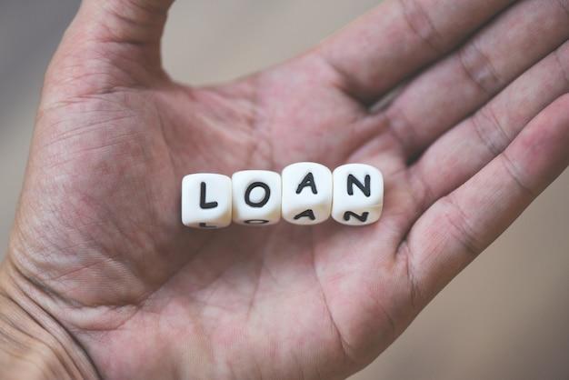 Finanzdarlehen oder darlehen für auto- und wohnungsbaudarlehensvertrag und genehmigungskonzept. wort des darlehens in der hand