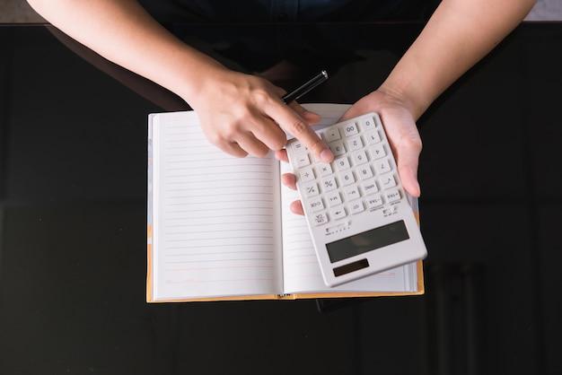 Finanzdaten, die handschrift, steuer, buchhaltung, statistiken analysieren