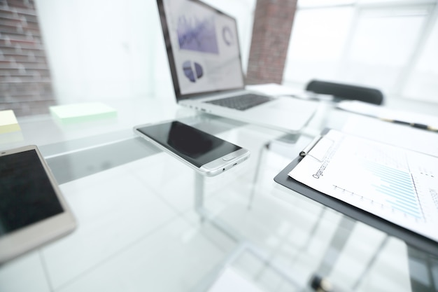 Finanzdiagramm zum bericht auf dem glastisch im büro
