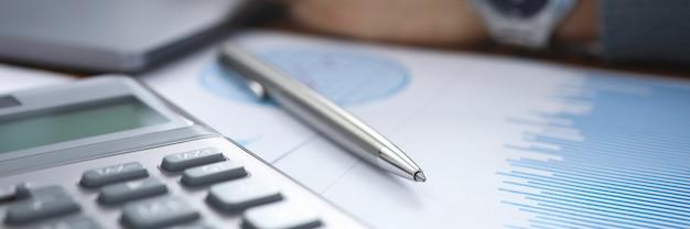 Finanzdokument mit infographic analisys rechnungsprüfungsprozess