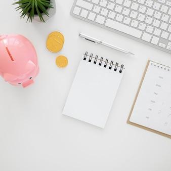 Finanzelementsortiment mit leerem notizblock