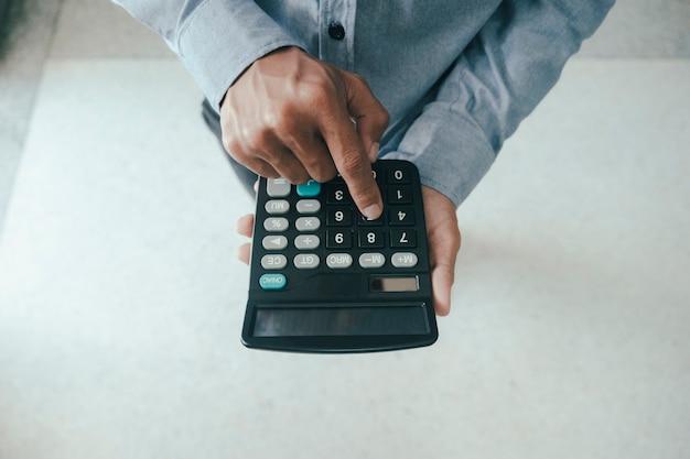 Finanzen sparkonzept wirtschaft. buchhalter oder bankier berechnen die barrechnung. Premium Fotos