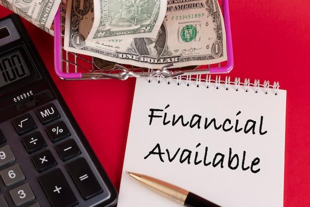 Finanziell verfügbar, der text ist in einem weißen notizblock auf rotem grund geschrieben.