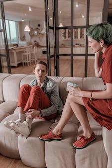 Finanzielle probleme. frisch verheiratetes junges paar, das sich zu hause über finanzielle probleme streitet