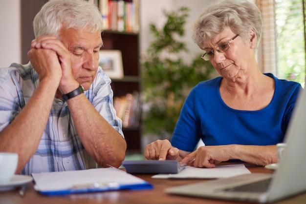 Finanzielles problem des älteren paares
