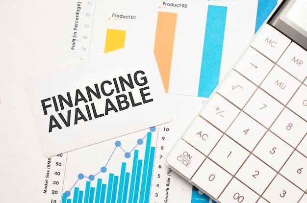 Finanzierung verfügbares textkonzept. büroarbeitsplatztisch mit taschenrechner, grafiken, berichten und dem text budget 2021 auf einem kleinen stück papier auf mehrfarbigem hintergrund.