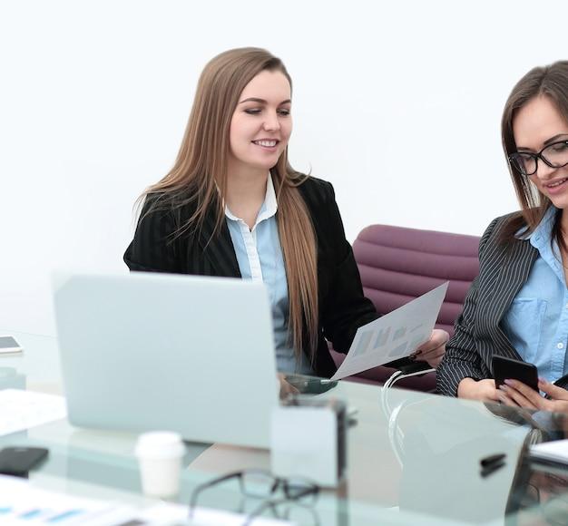 Finanzinspektorin und sekretärin für geschäftsfrauen, die bericht erstellen