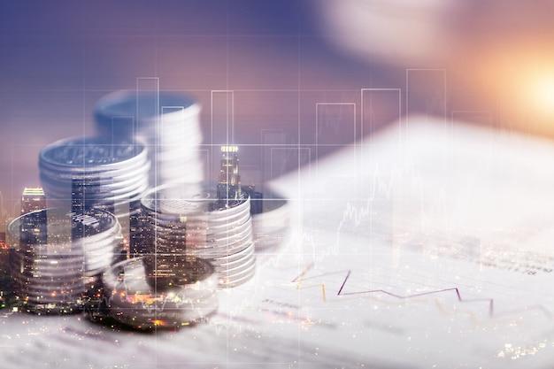 Finanzinvestitionskonzept, doppelbelichtung der stadtnacht und münzstapel für finanzinvestoren,