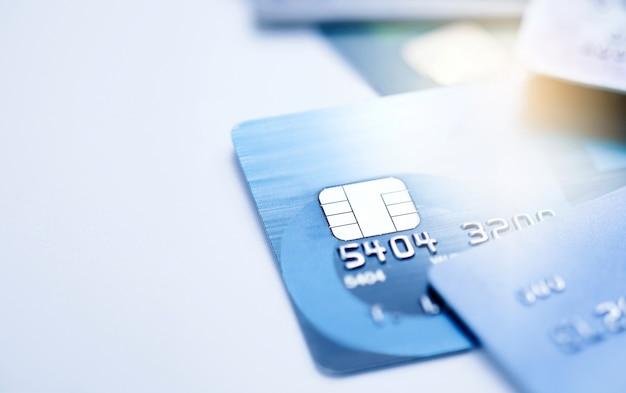 Finanzkonzept, mikrochip des selektiven fokus auf kreditkarte oder debitkarte.