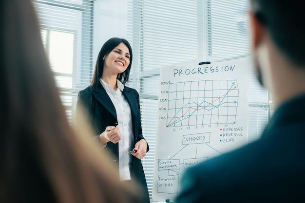 Finanzmanager, der bei einem treffen mit der arbeitsgruppe einen bericht erstellt. wirtschaft und bildung