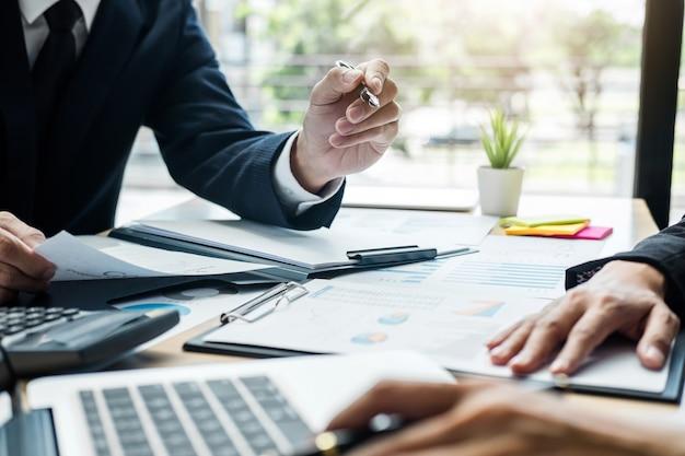 Finanzmanagersitzung, die finanzstatistik des unternehmenswachstumsprojekterfolgs bespricht