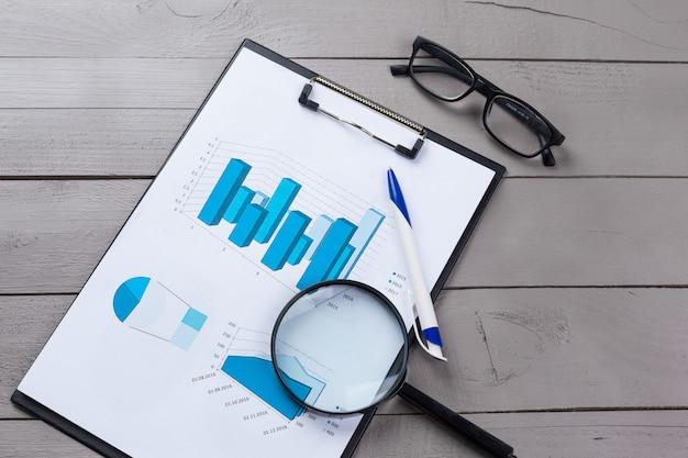 Finanzpapierdiagramme und -diagramme auf dem tisch.