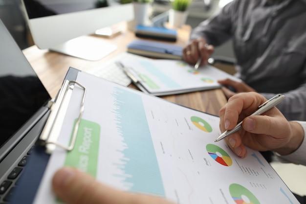 Finanzpapiere mit zwei geschäftsmännern lösen und besprechen problem