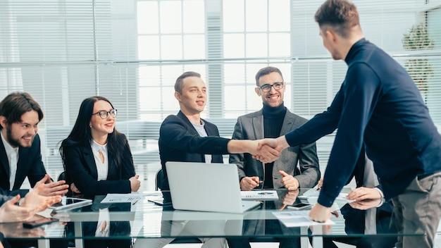 Finanzpartner begrüßen sich bei einem bürotreffen. konzept der zusammenarbeit