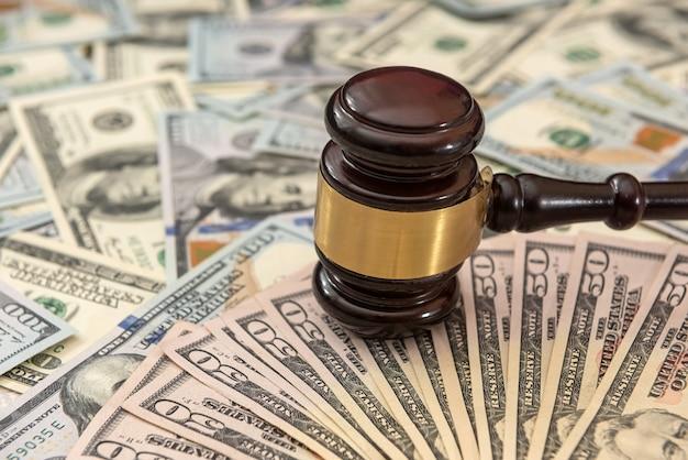 Finanzrichter hämmern mit korruptionsverbrechen in us-dollar