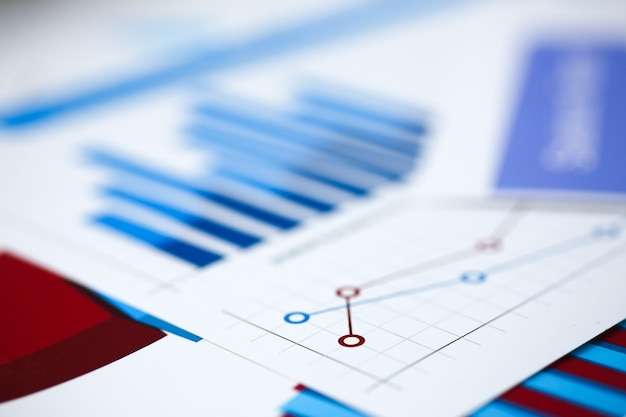Finanzstatistikdokumente auf zwischenablageblock bei bürotischnahaufnahme