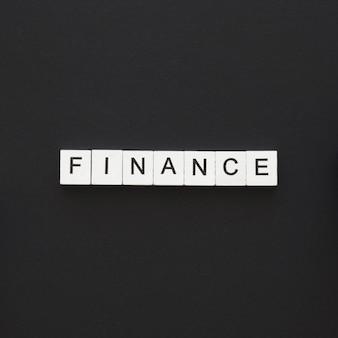 Finanzwort geschrieben auf holzwürfeln