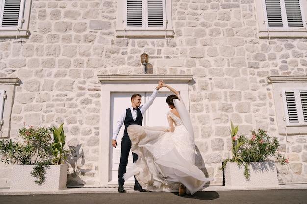 Fineart hochzeitsfoto in montenegro perast tanzen braut und bräutigam vor dem hintergrund von