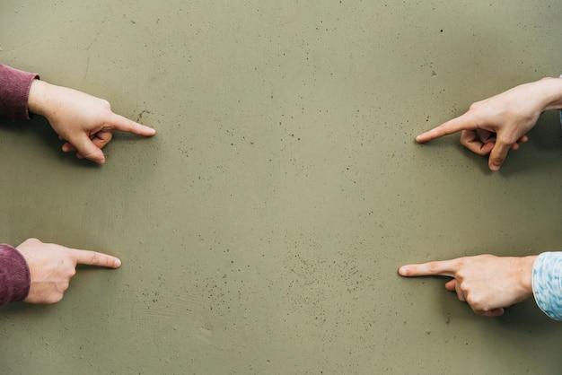 Finger, die auf wand der sumpffarbe zeigen