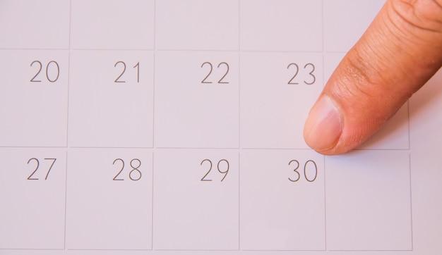 Finger drücken auf kalenderseite für erinnern und markierte wichtige ereignisse tag