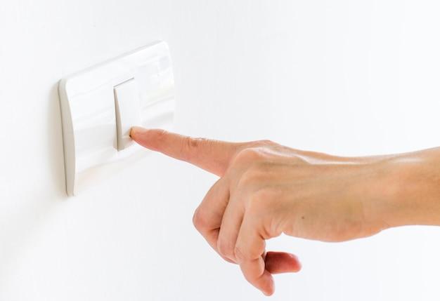 Finger drücken auf lichtknopf