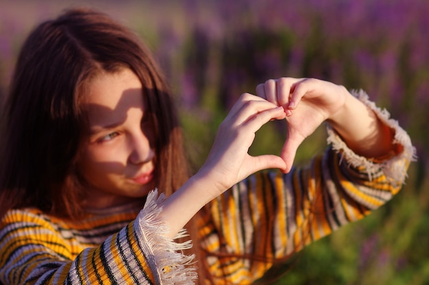 Finger in form eines herzens als symbol der liebe