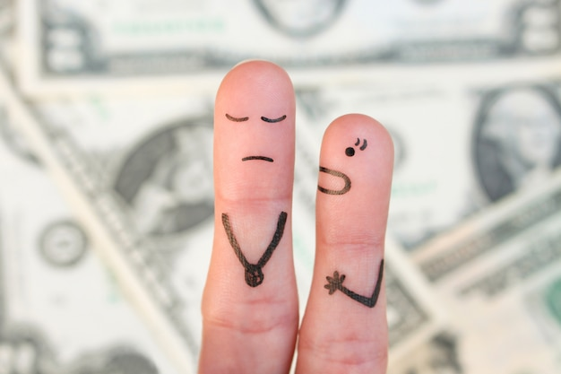 Finger kunst der familie während des streits auf hintergrund des geldes. konzept der frau schreit auf ehemann.