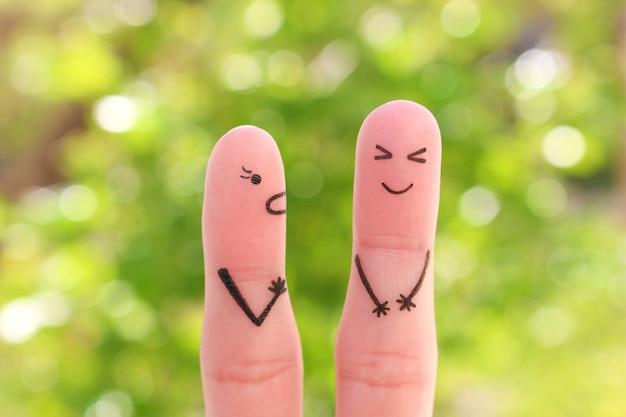 Finger kunst der familie während des streits. konzept der frau schreit auf ehemann, mann lacht.