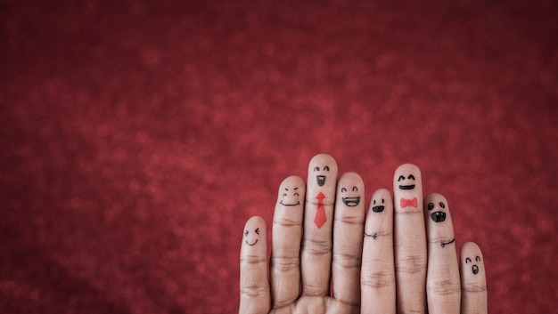 Finger mit gefühl auf rotem hintergrund