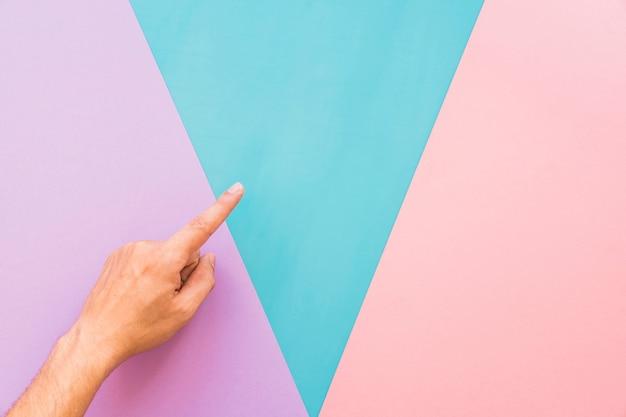 Finger über dem hintergrund mit dreieckigen formen