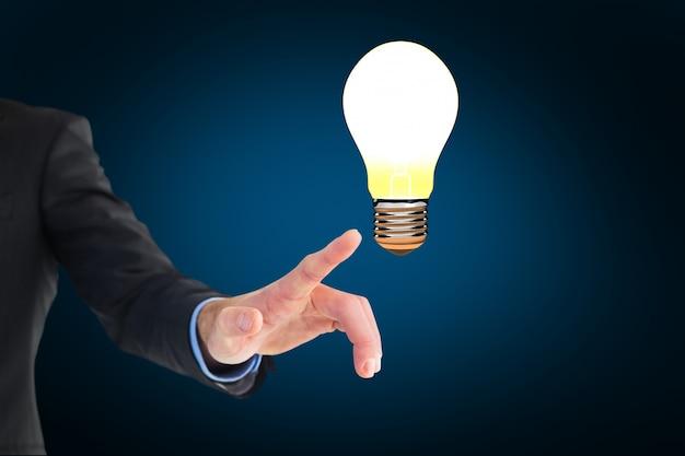 Finger zeigt eine lampe beleuchtet