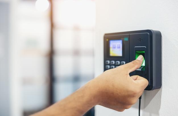 Fingerabdruck-scan, männliche mitarbeiter drücken sensoren, um die anwesenheitszeit des unternehmens und nach der arbeit aufzuzeichnen, zeiterfassungs-anwesenheit - außerhalb der arbeit, verschlüsselung zur identitätsprüfung oder elektronisches signieren