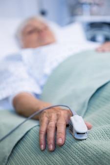 Fingerclip an der hand des patienten zur überwachung des pulses