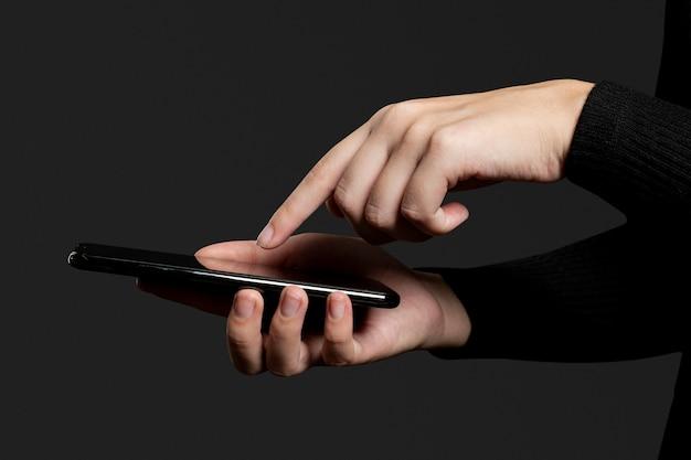 Fingerdruck auf einem smartphone-bildschirm Kostenlose Fotos