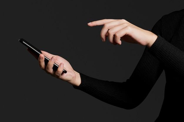 Fingerdruck auf einem smartphone-bildschirm