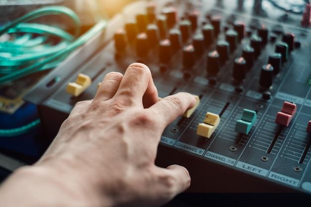 Fingerhand-einstellmischer auf dem audiopaneel
