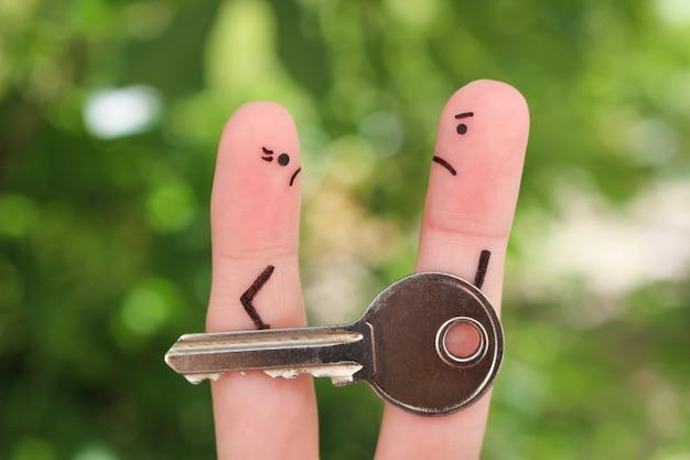 Fingerkunst der familie während des streites. konzept von mann und frau kann eigentum nach der scheidung nicht teilen.