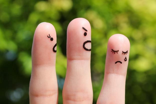 Fingerkunst der familie während des streits. das konzept der eltern schalt ihre tochter, sie weinte.