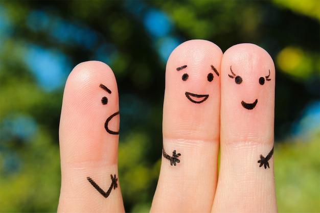 Fingerkunst der menschen. das konzept eines mannes schimpft mit einem paar und sie lachen.