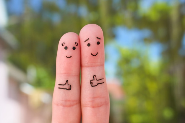 Fingerkunst des glücklichen paars daumen zeigend.