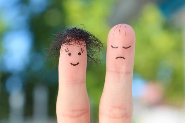 Fingerkunst des paares. dieser mann ist verärgert, weil er eine glatze hat.
