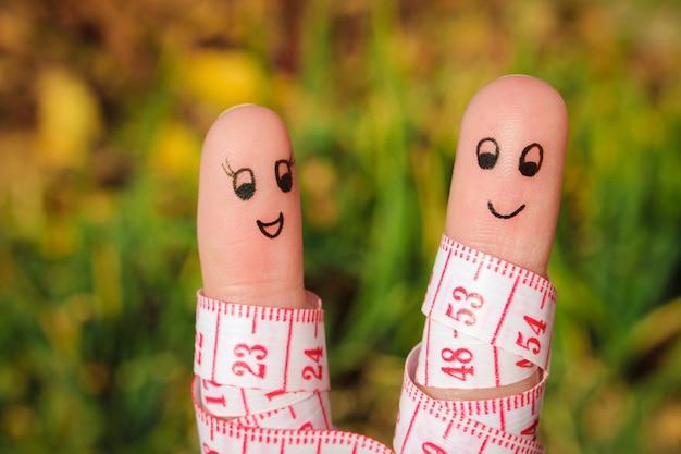 Fingerkunst eines glücklichen paars mit meter
