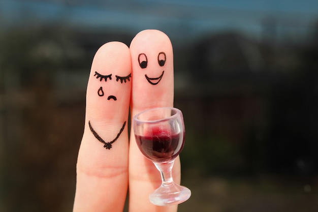 Fingerkunst eines paares. frau ist verärgert, weil mann betrunken ist.