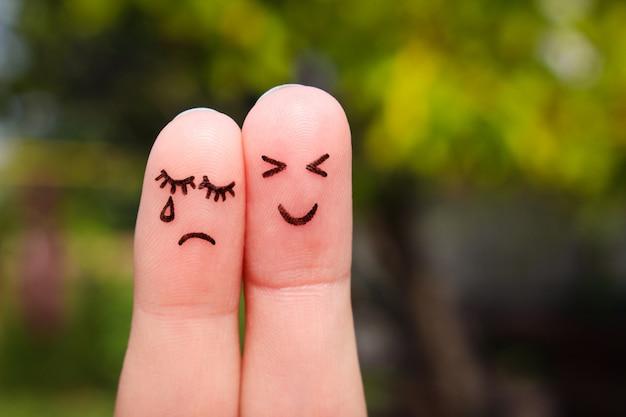 Fingerkunst eines paares. frau weint, mann ist fröhlich.