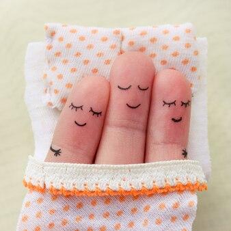 Fingerkunst. glücklicher mann schläft mit zwei frauen.