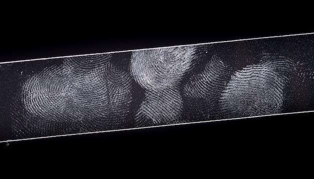 Fingerptintin getrennt auf schwarzem