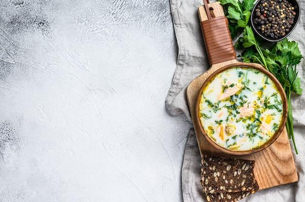 Finnische cremige fischsuppe mit lachs und kartoffeln