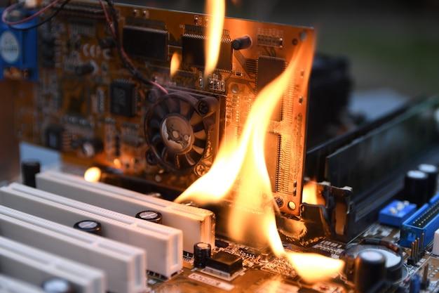 Fire burning, loderndes computer-motherboard, cpu, gpu und grafikkarte, prozessor auf platine mit elektronik