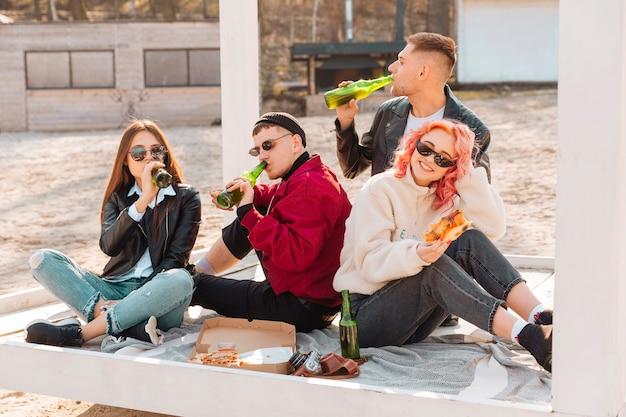 Firma von lächelnden jungen freunden auf picknick