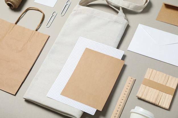 Firmenbriefpapier auf grauem hintergrund